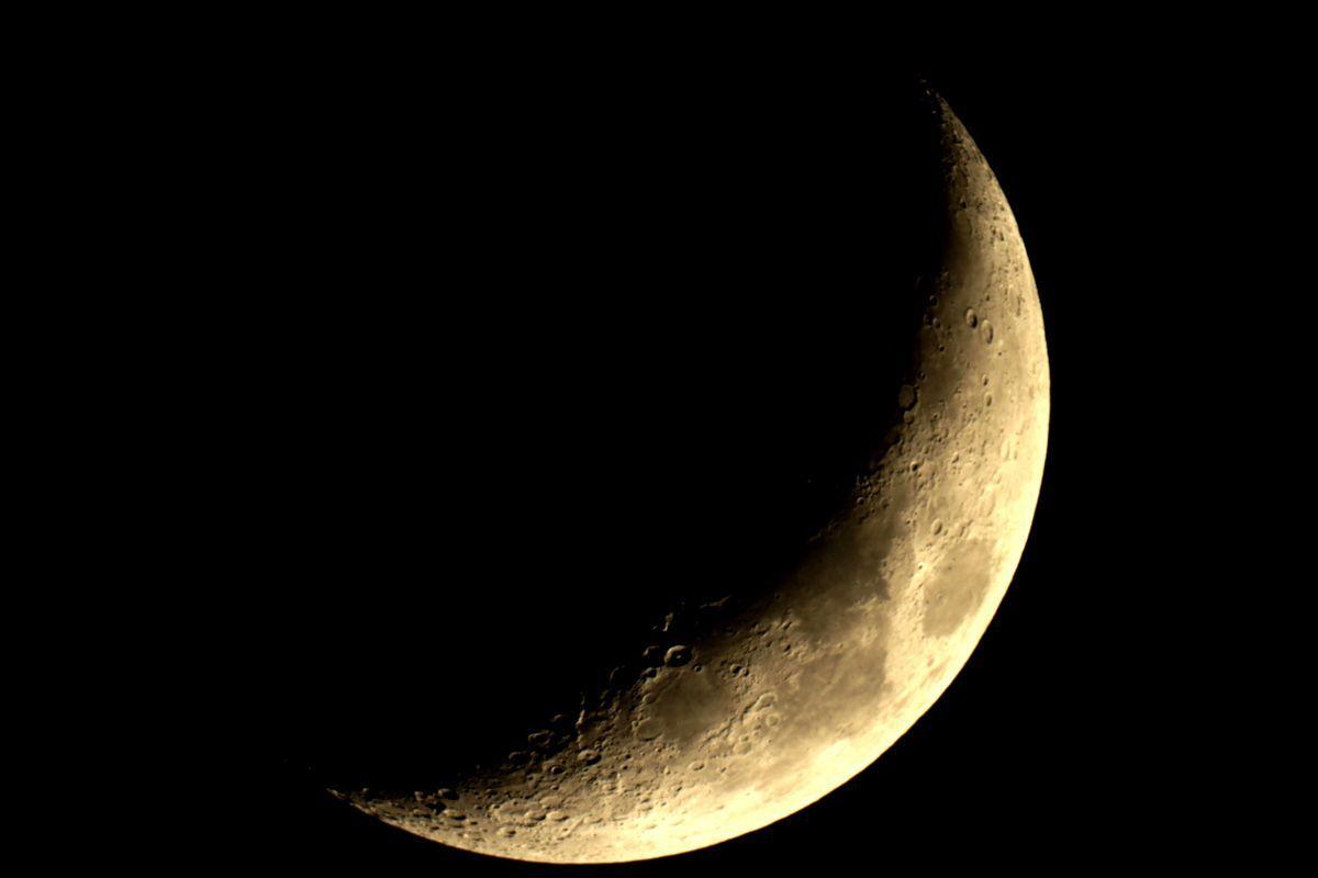 Joli-croissant-la-lune-derriere-un-telescope